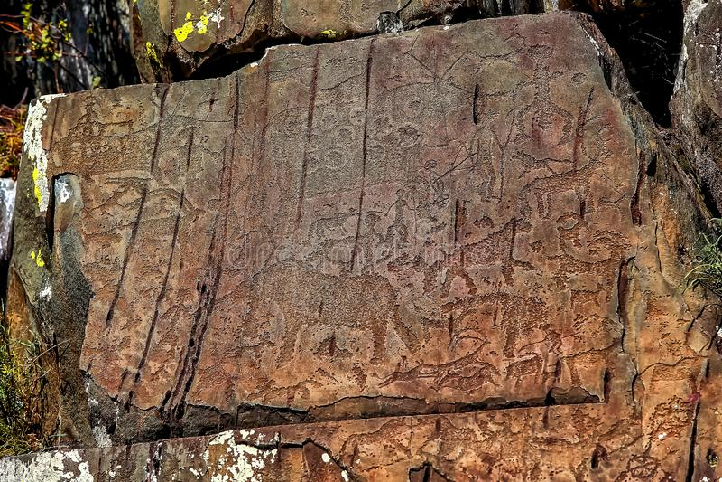 Bild av den forntida jakten på väggen av grottaockran Historisk konst axeln royaltyfri foto