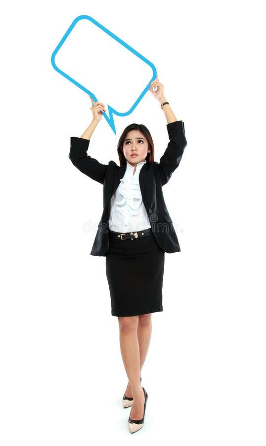 Bild av den fulla bubblan för text för mellanrum för innehav för längdaffärskvinna royaltyfri fotografi