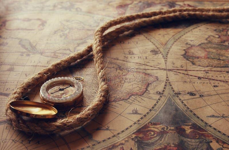 Bild av den gamla kompasset och rep på tappningöversikt royaltyfria bilder