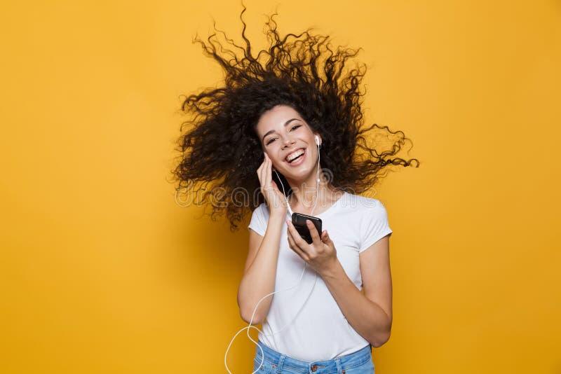 Bild av den gladlynta kvinna20-tal med smar lockigt skaka hår som rymmer arkivbild