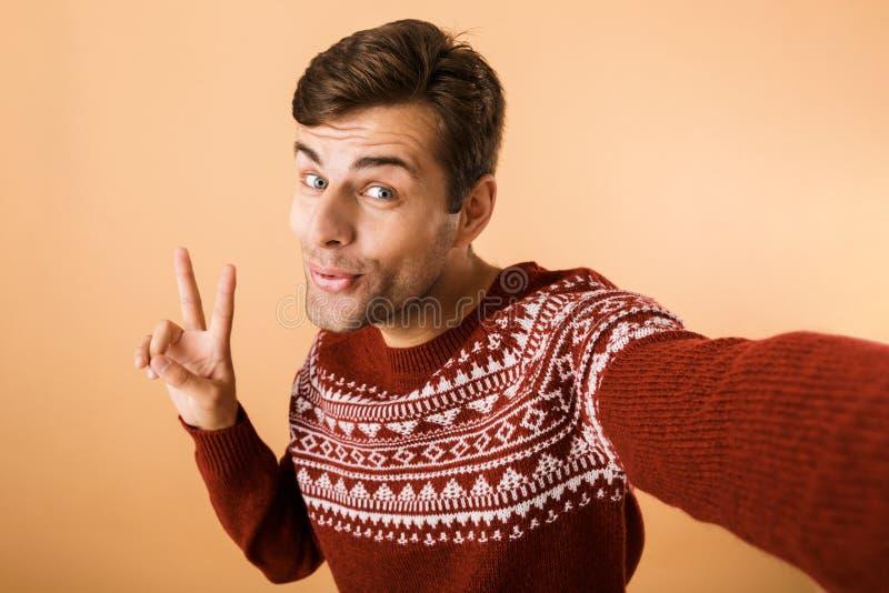 Bild av den härliga man20-tal med borstet som bär den stack tröjan royaltyfri bild