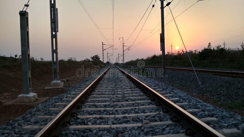 Bild av den härliga solnedgången, bild av järnvägsspår arkivfoton