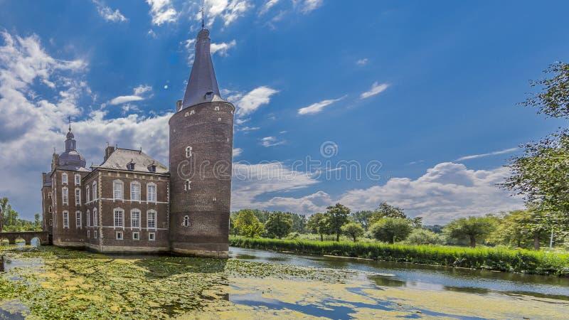 Bild av den Hoensbroek slotten som omges av vatten arkivbild
