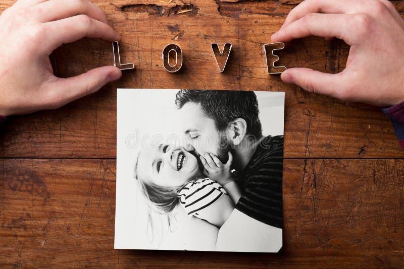 Bild av den kyssande dottern för fader Denna är mappen av formatet EPS10 härlig för studiokvinna för par dans skjutit barn royaltyfri foto