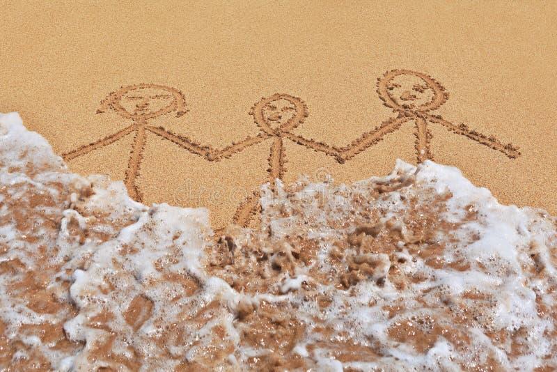 Bild av den lyckliga familjen på havsstranden med vågen royaltyfri foto