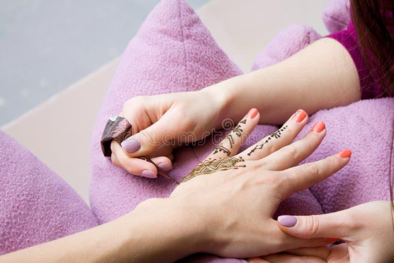 Bild av den mänskliga handen som dekoreras med hennatatueringen mehendihand - skönhetbegrepp royaltyfri foto