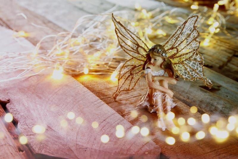 bild av den magiska lilla fen i skogen Filtrerad tappning royaltyfria foton
