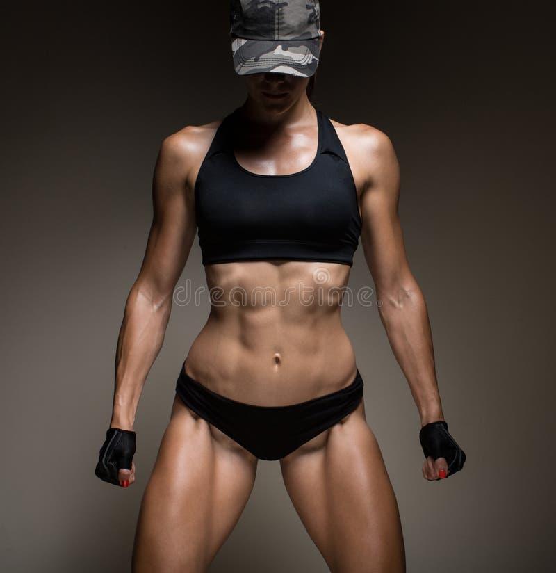 Bild av den muskulösa unga kvinnliga idrottsman nen royaltyfri foto