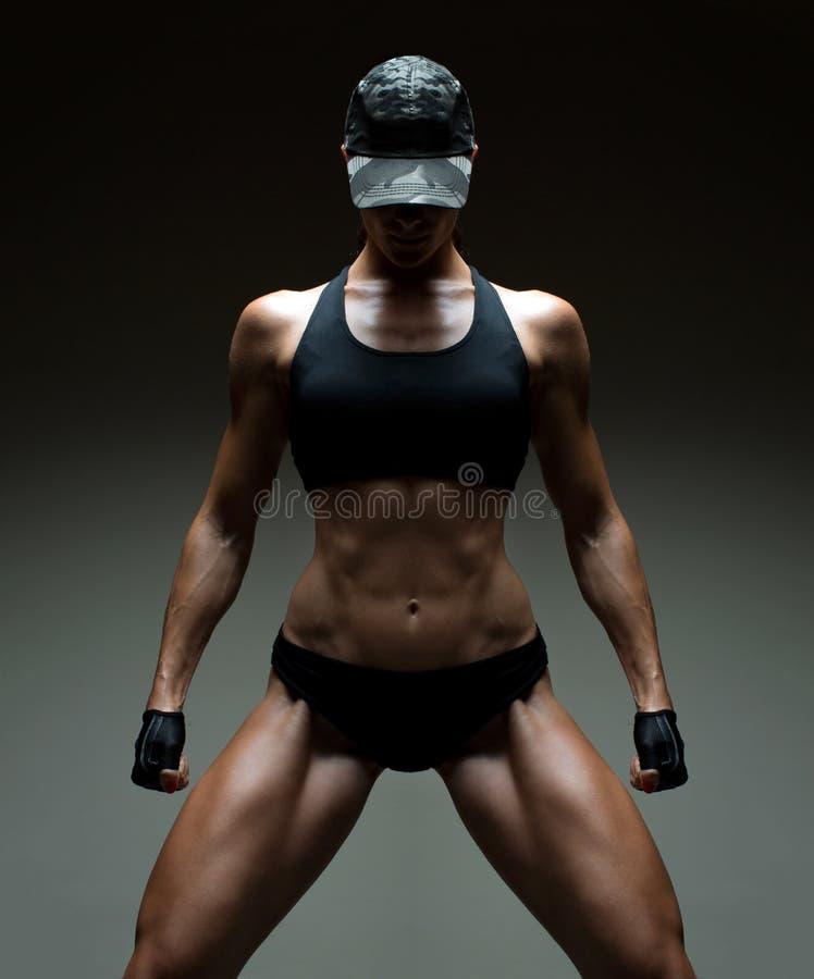 Bild av den muskulösa unga kvinnliga idrottsman nen arkivbilder