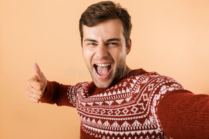 Bild av den optimistiska man20-tal med borstet som bär den stack tröjan royaltyfri foto
