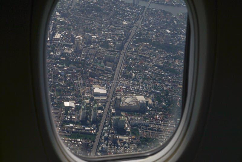 Bild av den plana fönstersikten av byn från bird&en x27; s-öga VI royaltyfri fotografi