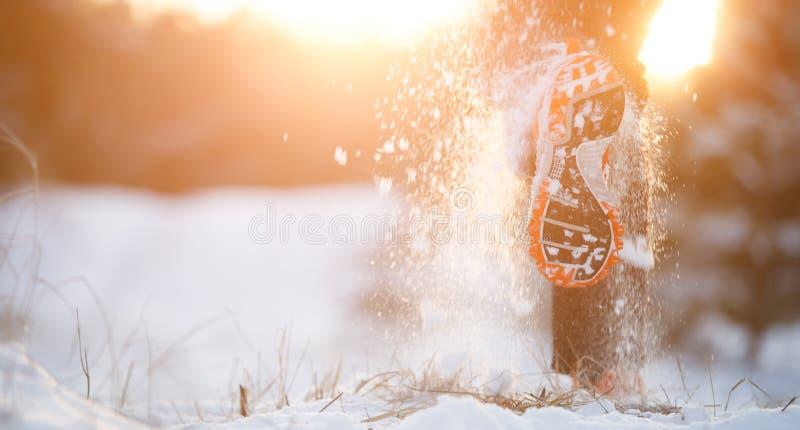 Bild av den rinnande mannen i gymnastikskor på snöig skog i vinter royaltyfria bilder