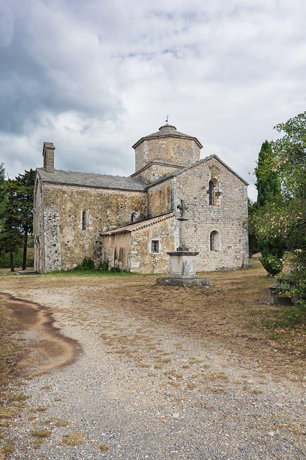 Bild av den romanska kyrkan av Saint Pierre i Larnas arkivfoto