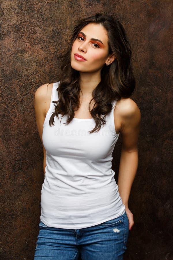 Bild av den unga brunetten med ljust smink fotografering för bildbyråer