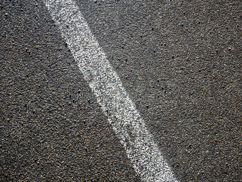 Bild av den vita linjen på asfalt på gatan royaltyfria foton