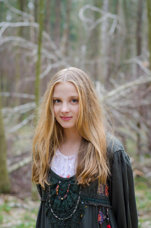 Bild av det blonda flickaanseendet i skogen arkivfoton