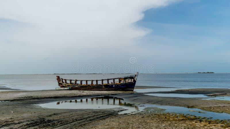 Bild av det förstörda fartyget på den Dhanushkodi spökstaden, skott från den Rameswaram-Dhanushkodi vägen royaltyfri fotografi