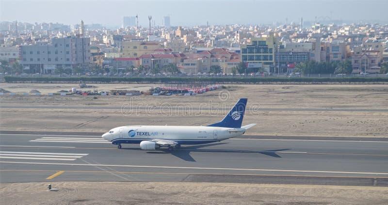 Bild av det Texel flygplanet omkring till tagandet-av Texel luft är ett lastflygbolag som baseras i Bahrain royaltyfria bilder