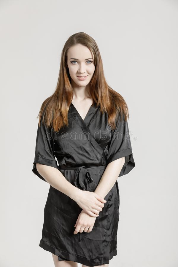 Bild av en älskvärd ung kvinna i svart klänning royaltyfri foto