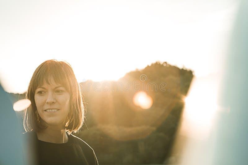 Bild av en brunettflicka på solnedgången royaltyfri bild