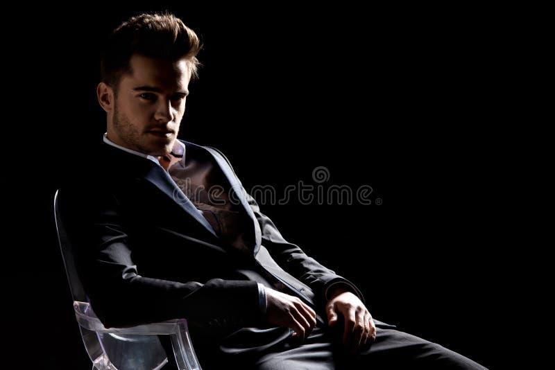 Bild av en elegant ung man royaltyfri foto