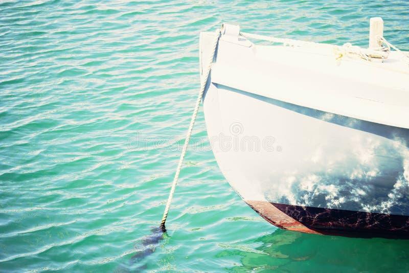 Bild av en förtöjd jolle i vinkande lätt vatten arkivbilder
