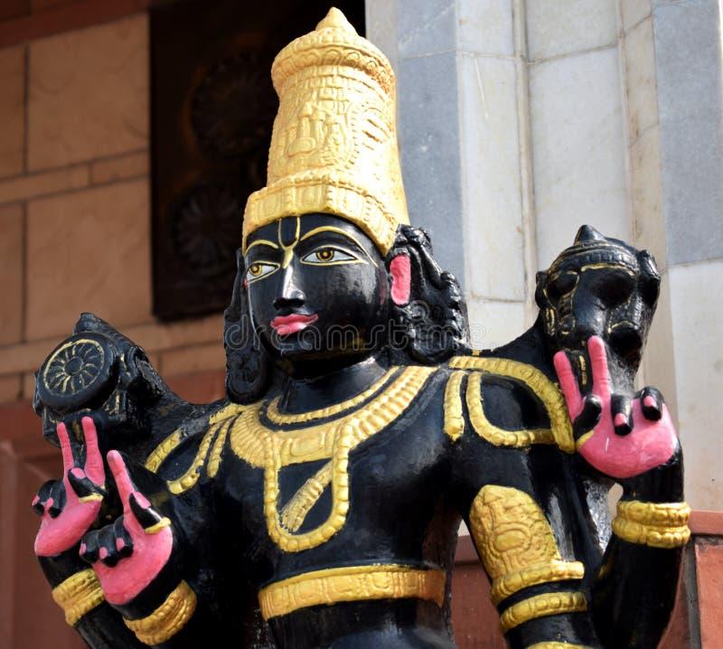 Bild av en gud i svart på en ISKCON-tempel i Delhi arkivbilder