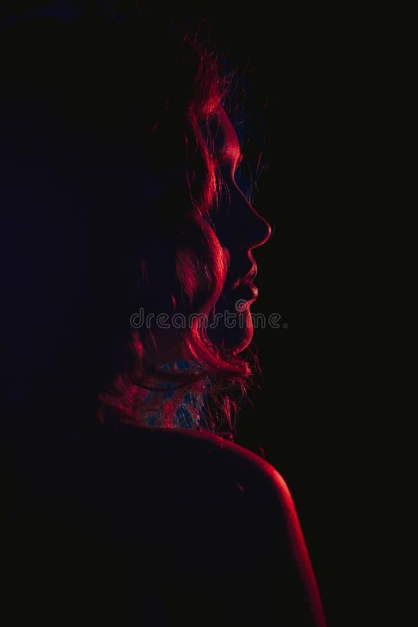 Bild av en härlig ung kvinna med flödande hår. Noir stil för film. Filtrerat arkivbild
