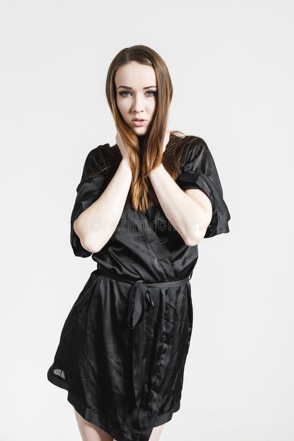 Bild av en ?lskv?rd ung kvinna i svart kl?nning arkivfoto
