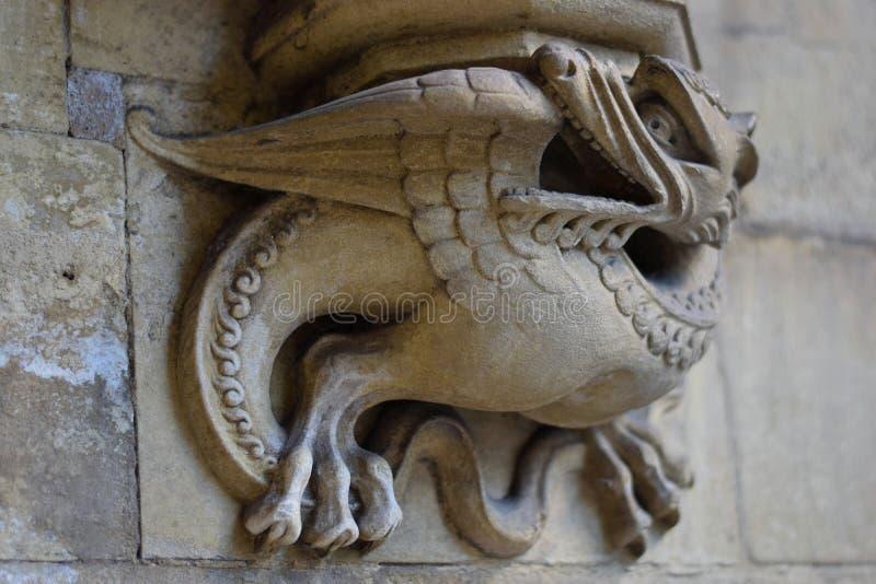 Bild av en stenfågel på väggen av en kyrka i London royaltyfri foto