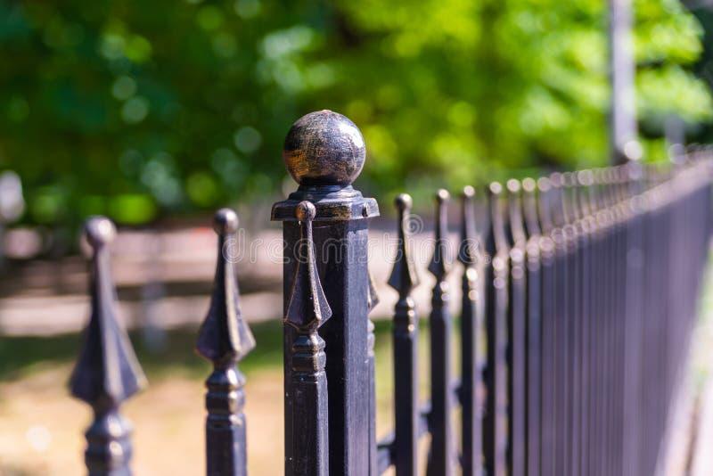 Bild av ett bearbetat staket för härligt dekorativt gjutjärn med det konstnärliga smidet Metallledstångslut upp arkivfoton