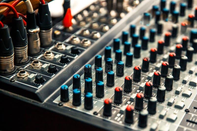 Bild av ett fragment av en närbild för solid blandare för studio med regulatorer och trådar fotografering för bildbyråer