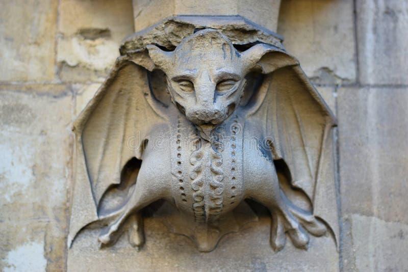 Bild av ett stenslagträ på väggen av en kyrka i London arkivfoto