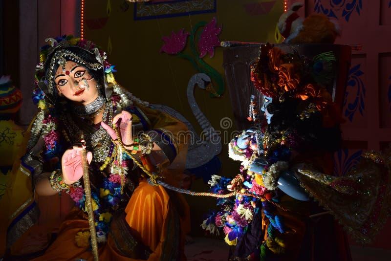 Bild av färgrika gudar som dansar i en ISKCON-tempel i Delhi arkivbild