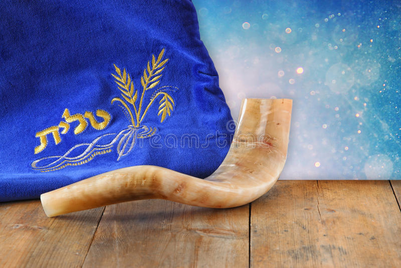Bild av fallet för shofar (horn) och bönmed ordtalit (bön) som är skriftlig på den Rum för text concep för roshhashanah (judisk f arkivbilder