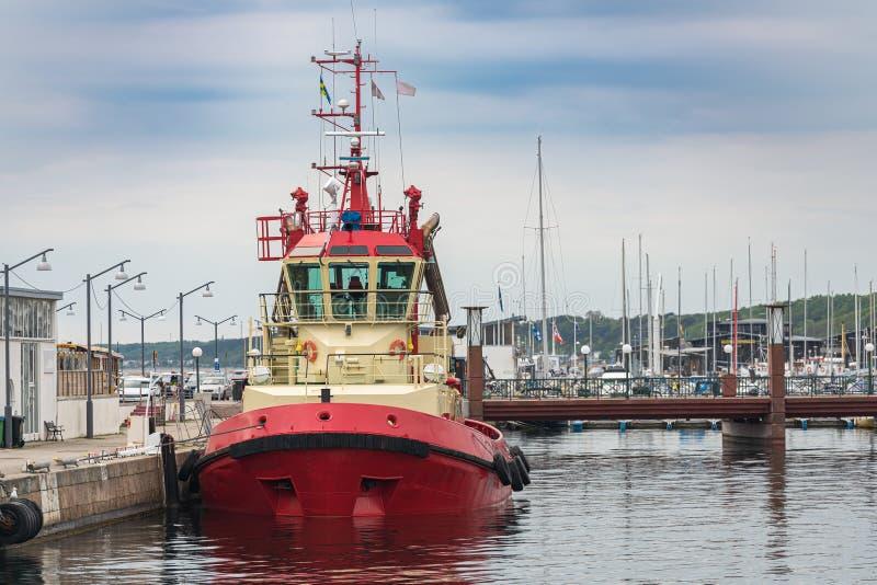 Bild av fartyget för militär kontroll som parkeras i pir Skydd av statsgränser från vatten arkivbild