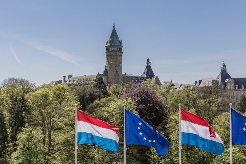 Bild av flaggor av den europeiska unionen och den Luxembourg flaggan royaltyfri fotografi