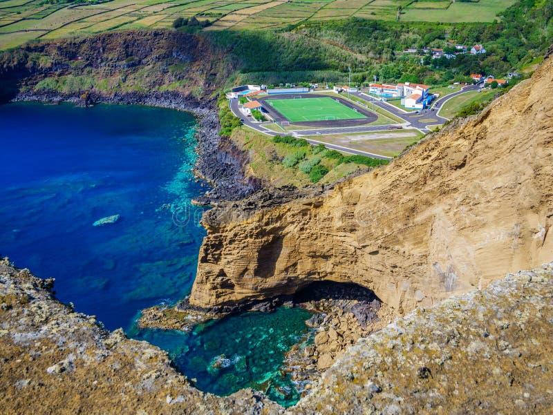 Bild av fotbollfältet bredvid en klippa och det atlantiska havet under royaltyfri fotografi