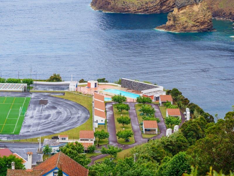 Bild av fotbollfältet bredvid en klippa och det atlantiska havet under royaltyfri bild