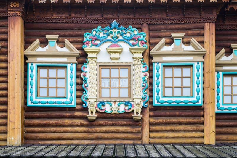 Bild av garnering av fönster av träslotten för tsar` s i Kolomenskoye, Moskva royaltyfri foto