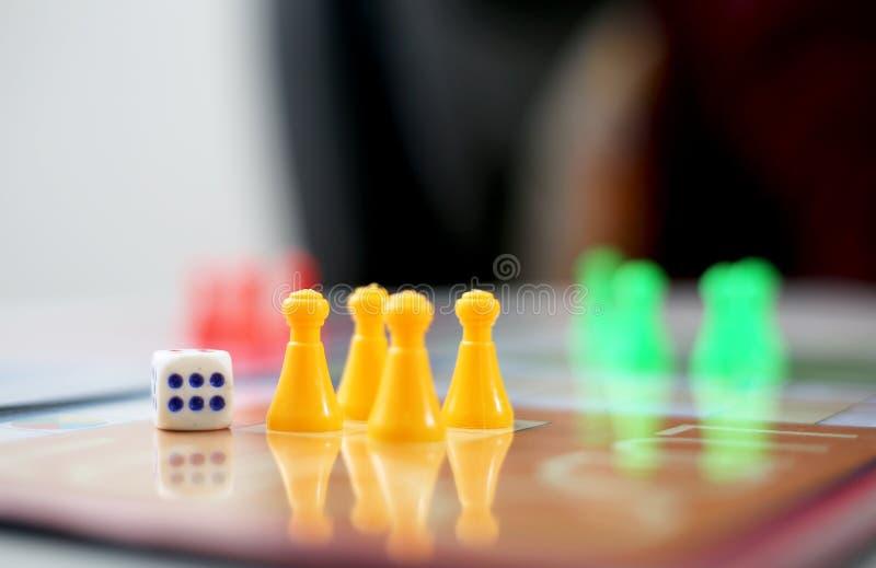 Bild av gula fiatecken och tärning fotografering för bildbyråer