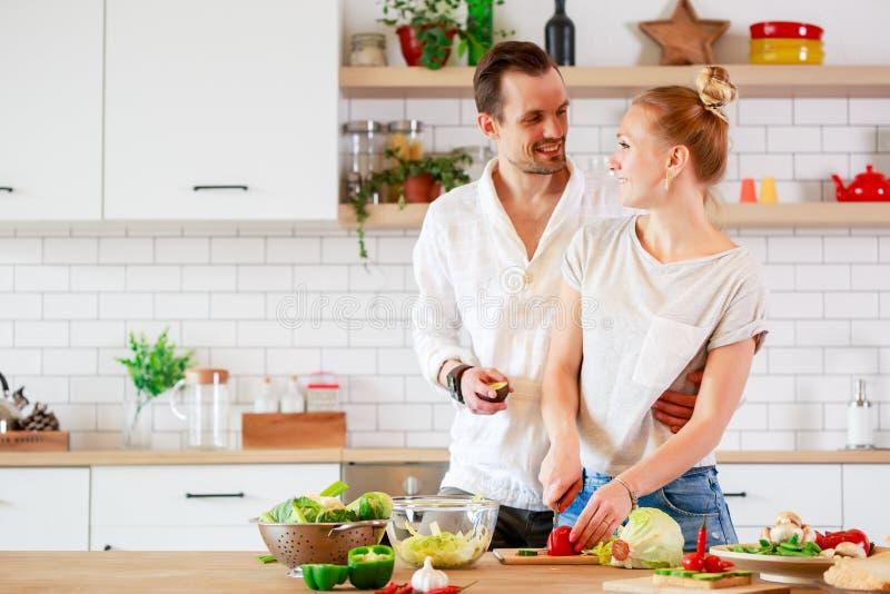 Bild av härliga älska parmatlagninggrönsaker i kök royaltyfri fotografi