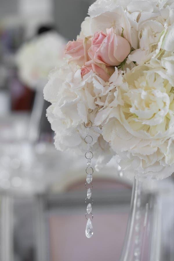Bild av härliga blommor på brölloptabellen arkivfoton