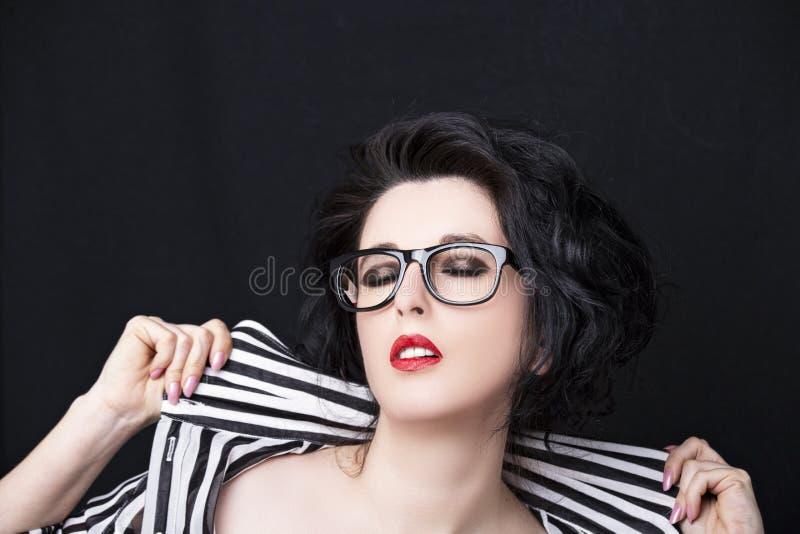 Bild av h?rliga b?rande exponeringsglas f?r en ung kvinna royaltyfria bilder