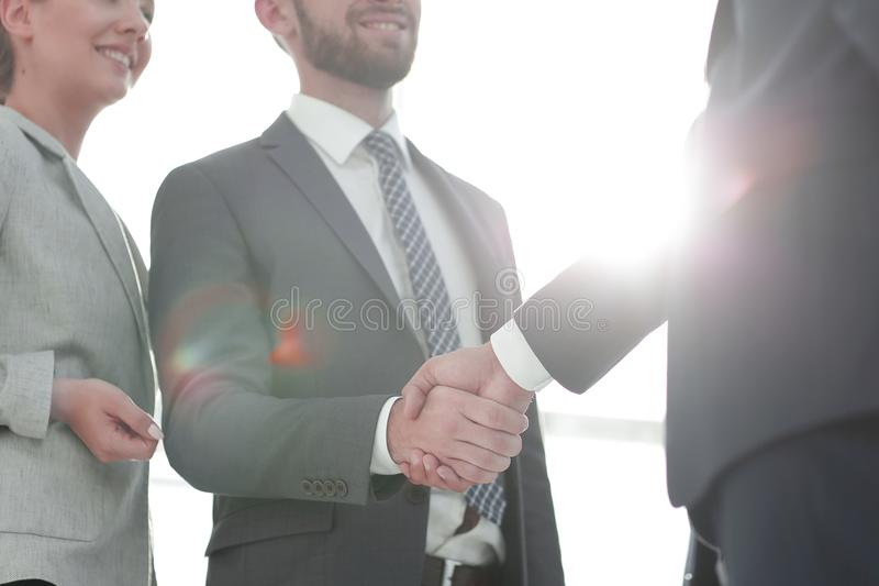 Bild av handskakningen av aff?rspartners royaltyfria bilder