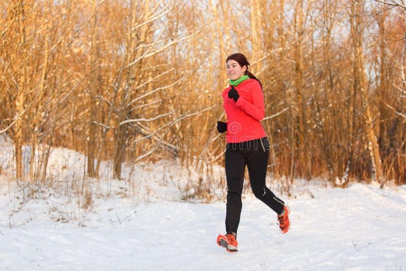 Bild av idrottskvinnan på inkörd vinter royaltyfria bilder