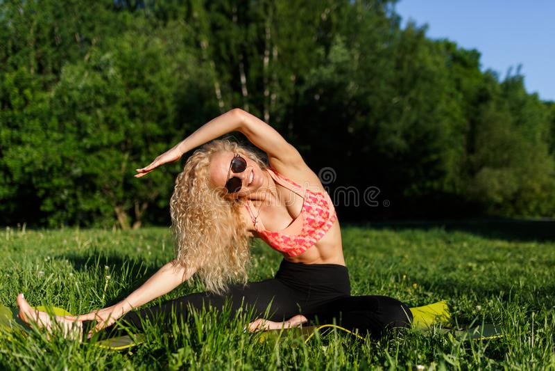 Bild av idrottskvinnan som övar på filten arkivfoto