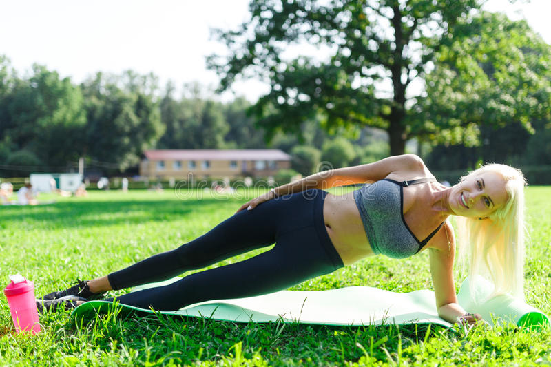 Bild av idrottsman nenkvinnan som utför övning royaltyfri bild