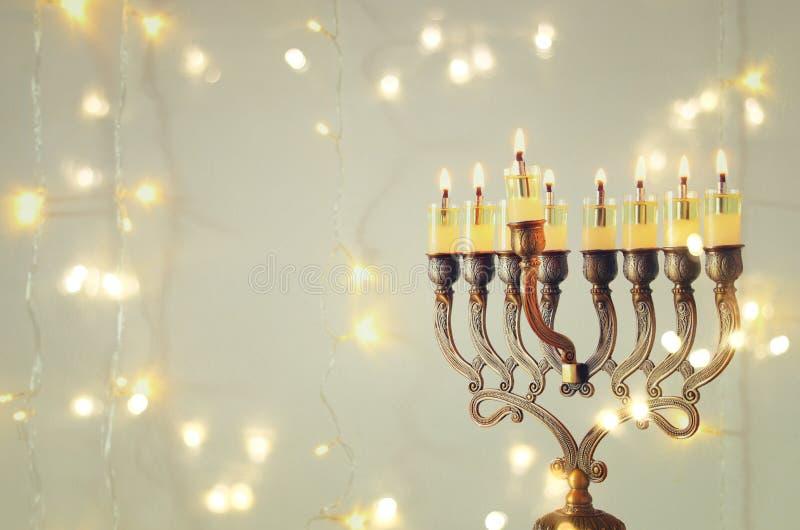 Bild av judisk ferieChanukkahbakgrund med menoror & x28; traditionell candelabra& x29; och brännande stearinljus arkivbilder