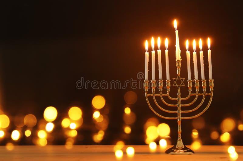 Bild av judisk ferieChanukkahbakgrund med menoror & x28; traditionell candelabra& x29; och stearinljus royaltyfri fotografi